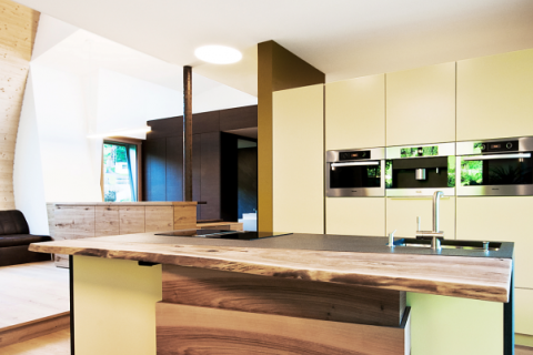 Küche Osttirol mit Kocheinsel und Bar aus Nußholz