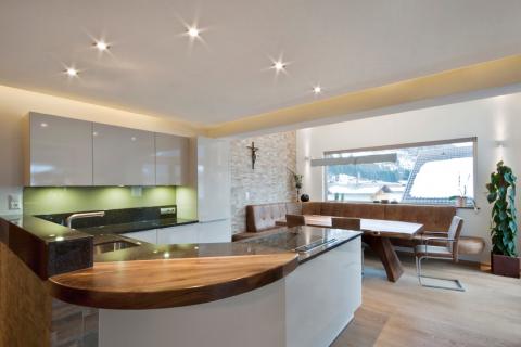 Küche Osttirol mit Bar, Eckbank und Kochinsel