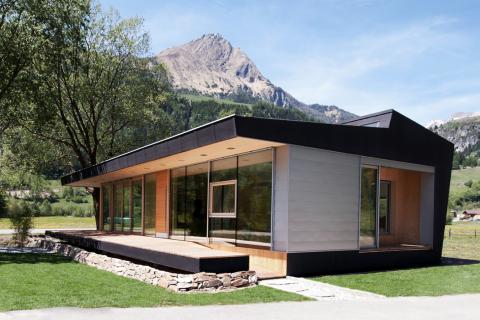 Modulhaus Außenansicht neben Tischlerei Wibmer in Matrei in Osttirol