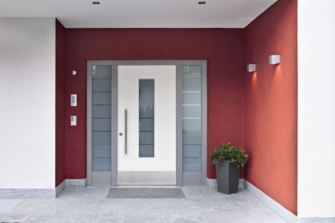 Haustür Osttirol weiß mit roter Wand Tür Osttirol